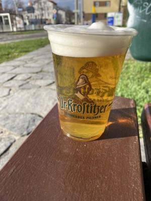 Das erste Bier unterm freien Himmel vom Fass. Das leckerste Bier. In Leipzig auf einer Bank. - André