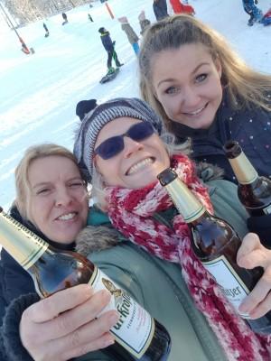 3 Super-Mamas auf dem Skihang, die Kinder rodeln und wir stoßen auf das herrliche Winterwetter an :-). Einen saulustigen Nachmittag. Skihang Stollberg im Erzgebirge. - Susan