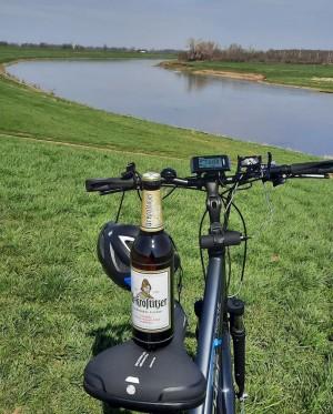 Sonntags 11 Bierchen an der Elbe. Natürlich ein Uri. Uri ist immer dabei. Elbradweg zwischen Torgau und Belgern. - Tino