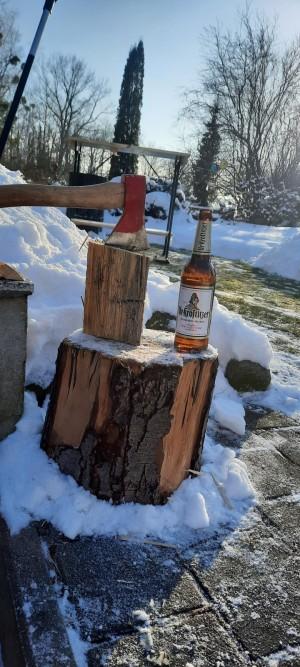 Lecker Uri beim Holzhacken. Vorbereitung für die Feuertonne. Uri zu jeder Jahreszeit. In unserem Garten. - Tino