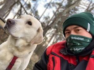 Wahre Helden halten zusammen - auch wenn es kalt ist! Das Bild soll eigentlich nur die Verbindung zwischen Mensch und Tier (mir und meinem Hund) zur Geltung bringen. :) Beim Winterspaziergang am Saaraer Forst. - Felix