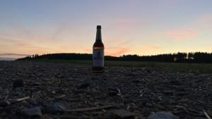 Es war an einem schönen, warmen Sommerabend. Ich fuhr mit meiner S51 Elektronik auf den nächst gelegenen Feldweg und schoss bei diesem wunderschönen Sonnenuntergang diese Komposition eines Fotos ;). Natürlich durfte das gut gekühlte feinherbe Ur-Krostitzer nicht fehlen und da habe ich mir gedacht, da kann man gleich mal ein Foto machen, was einem Porträt sehr ähnelt. Ich würde mich freuen, wenn mein Foto ausgewählt wird und ich ein Plakat erhalte :). Genuss und Wärme. Zwönitz, OT Hormersdorf. - Maurice