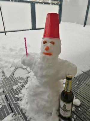 Unser Mitbewohner/Schneemann Manfred, der auf das Uri aufm Balkon aufpasst. Winter, Manni, Uri. Cottbus. - Patrick