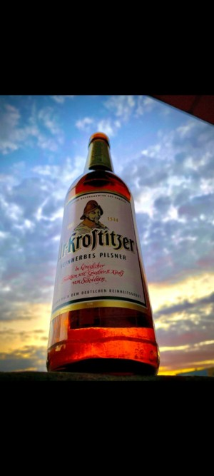 Ganz entspannt an der Elbe sitzen und den Sonnenaufgang beobachten. Nach einer langen Nachtschicht das verdiente Feierabendbier. Elster/Elbe. - Eric