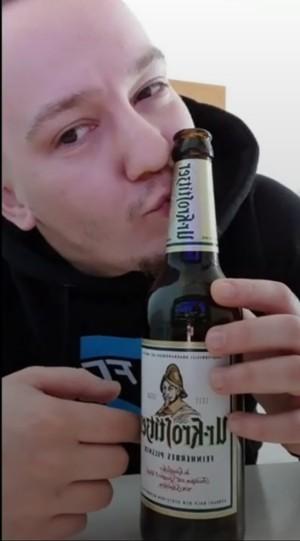 Hallo, ich bin Felix, 27 Jahre alt und leidenschaftlicher Biertrinker. Ich trinke natürlich nur Uri. Privat und auch beim Fußball in der Kabine kommt kein anderes Bier in Frage. Leidenschaft und Geschmack. In meinem Herrenzimmer. - Felix