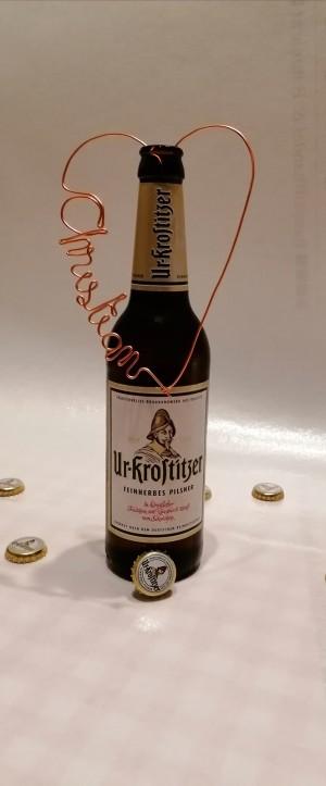 """Das Bild entstand beim Basteln der """"Platzkarten"""" für unsere Hochzeitsfeier. Die Liebe zu Ur-Krostitzer Bier. Zu Hause. - Christian"""