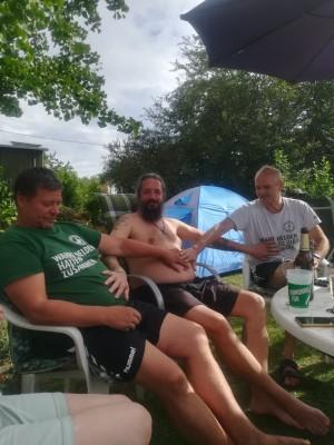 Drei dicke Freunde. Eine dicke Freundschaft. Bei einer Gartenparty. - Peter