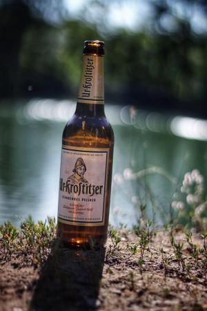 Ein Ur-Krostitzer, welches im Sonnenschein an einem Freitag-Nachmittag genüsslich getrunken wurde. Den Sommer, Sonne, Moped fahren (natürlich nüchtern). Am Steinbruch Markersdorf (bei Chemnitz). - Loris