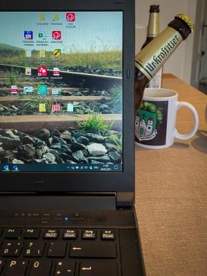 Bei der täglichen Arbeit vorm Laptop wird ,,Mann'' unerwartet überrascht vom Uri #urigermission. Ne 15! Home Office Roitzsch. - Peter