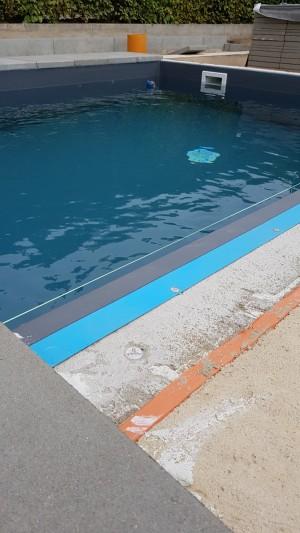 Wir haben letztes Jahr unseren Pool gebaut, natürlich läuft nichts ohne Uri, deswegen habe ich auch einen Deckel in die Seitenwand eingelassen. Nicht viel geht ohne gute Freunde!!! Sonst wird so ein Projekt viel zu teuer. Bei uns im Garten in Dahlen (Dahlener Heide). - Ronny