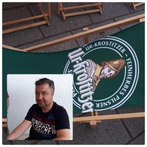 Mein lieber Mann entspannt mit seinem Lieblingsbier. Liegestuhl - Bier ist Entspannung. Gera auf Schloss Osterstein. - Kathrin