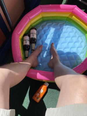 Da das Coronavirus mich in die Quarantäne befördert hat, das Wetter mit 26 Grad perfekt für ein kühles Bierchen ist, hab ich mir auf den Balkon einen kleinen Pool gestellt und ihn mit eiskaltem Wasser gefüllt. Relaxen. Balkon der eigenen Wohnung. - Sebastian