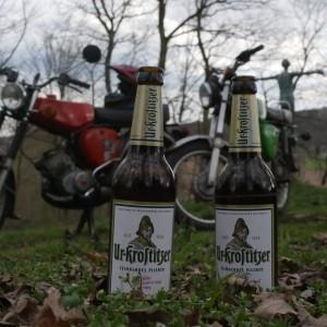 Ein kühles blondes bei einer entspannten Runde mit dem Moped. Zeit mit Freunden. An der Mulde. - Karl