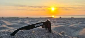 Ein wunderbarer Tag an der Ostsee geht zu Ende und natürlich mit einem URI Accessoire. Liebe zum Strand und zum Lieblings-Bier. Graal Müritz/Ostsee. - Richard