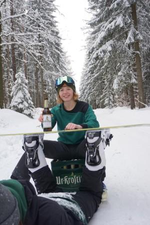 Skifahren mit einer kleinen Bierpause. Uri-Kasten hilft beim Entspannen inklusive einem umfunktionierten Snowboardtisch. Winter, Skifahren, Kreativität. Lauter in Sachsen. - Lilli