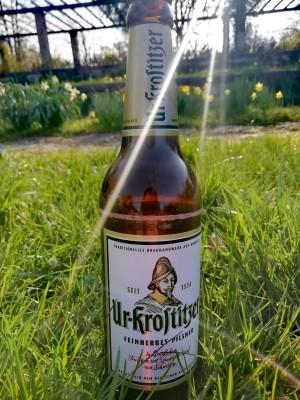 Beim Picknick ein wohlschmeckendes Uri im abendlichen Sonnenschein. Frühling und Bier. Palmengarten in Leipzig. - Luisa