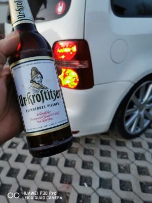 Ein Bild von meinen Touran und das beste Bier im Vordergrund. :) :) :) Was ich am meisten mag. Im Hof :). - Daniel