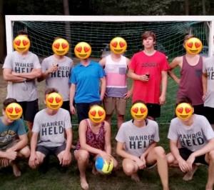 Wir haben damals für unsern Jugendclub 7 Shirts von Ur Krostitzer gesponsort bekommen. Da war (vor Corona) ein kleines Volleyball Turnier. Insgesamt waren wir auf 10 Turnieren 2019 mit diesen Wahren Helden Trikots. Es ist uns immer wieder eine Ehre, diese anzuziehen. Leider habe ich als Erfinder unserer Ur Krostitzer Mannschaft kein Shirt, da sie damals nur Größen in L hatten und ich jedoch nicht reinpasse. Sport, Spaß, Verbundenheit und vor allem Zusammenhalt. Bei einem Beachvolleyball Turnier am Rande eines kleinen Waldes. - Fabian und seine Mannschaft