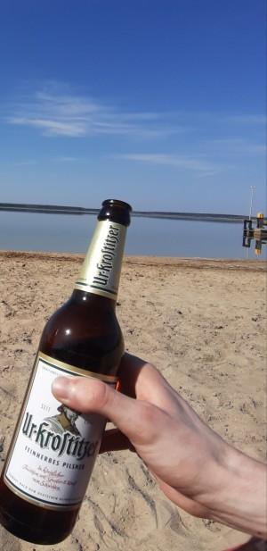 Es gibt nichts schöneres, als ein kühles Bier am See zu genießen. Urlaub. Leipzig. - Florian