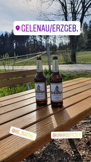 2 Bier auf einem Tisch in der Natur. Freiheit, Natur und Freude. Gelenau. - Walter