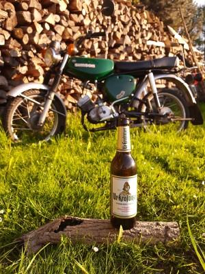 Ein kühles Bierchen nach einer schönen Simsonausfahrt. Mopeds, Bier, Abend ausklingen lassen. In meinem Garten. - Toni