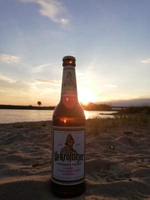 Ein kühles erfrischendes Ur-Krostitzer posiert im Elbsand vor der Abendsonne. Entspannter Frühsommerabend mit Kumpels. An der Elbe. - Hannes